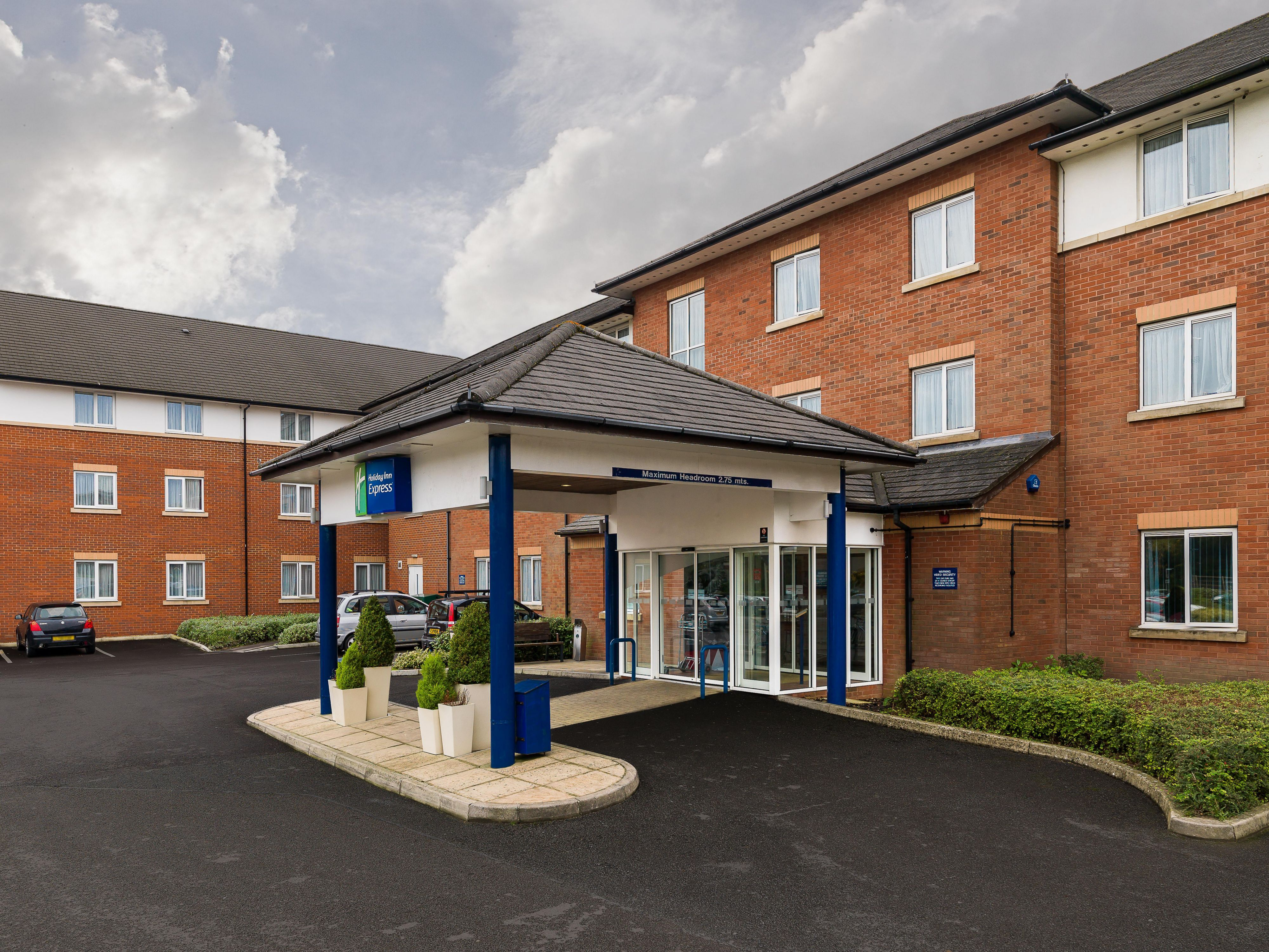 Holiday inn Express Gatwick Crawley Exterior
