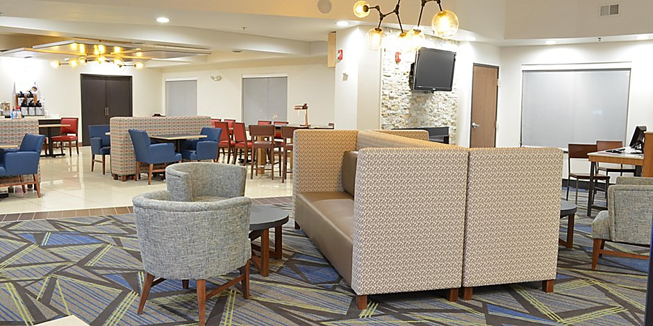 Admirable Holiday Inn Express Waterloo Cedar Falls Hotel By Ihg Home Interior And Landscaping Spoatsignezvosmurscom