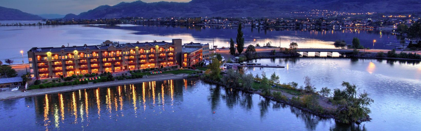 Hotel Inn Osoyoos Beach Exterior View Evenings On The Side