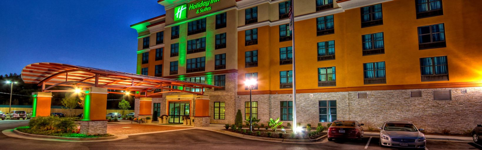 Night View Of The Holiday Inn Suites Tupelo