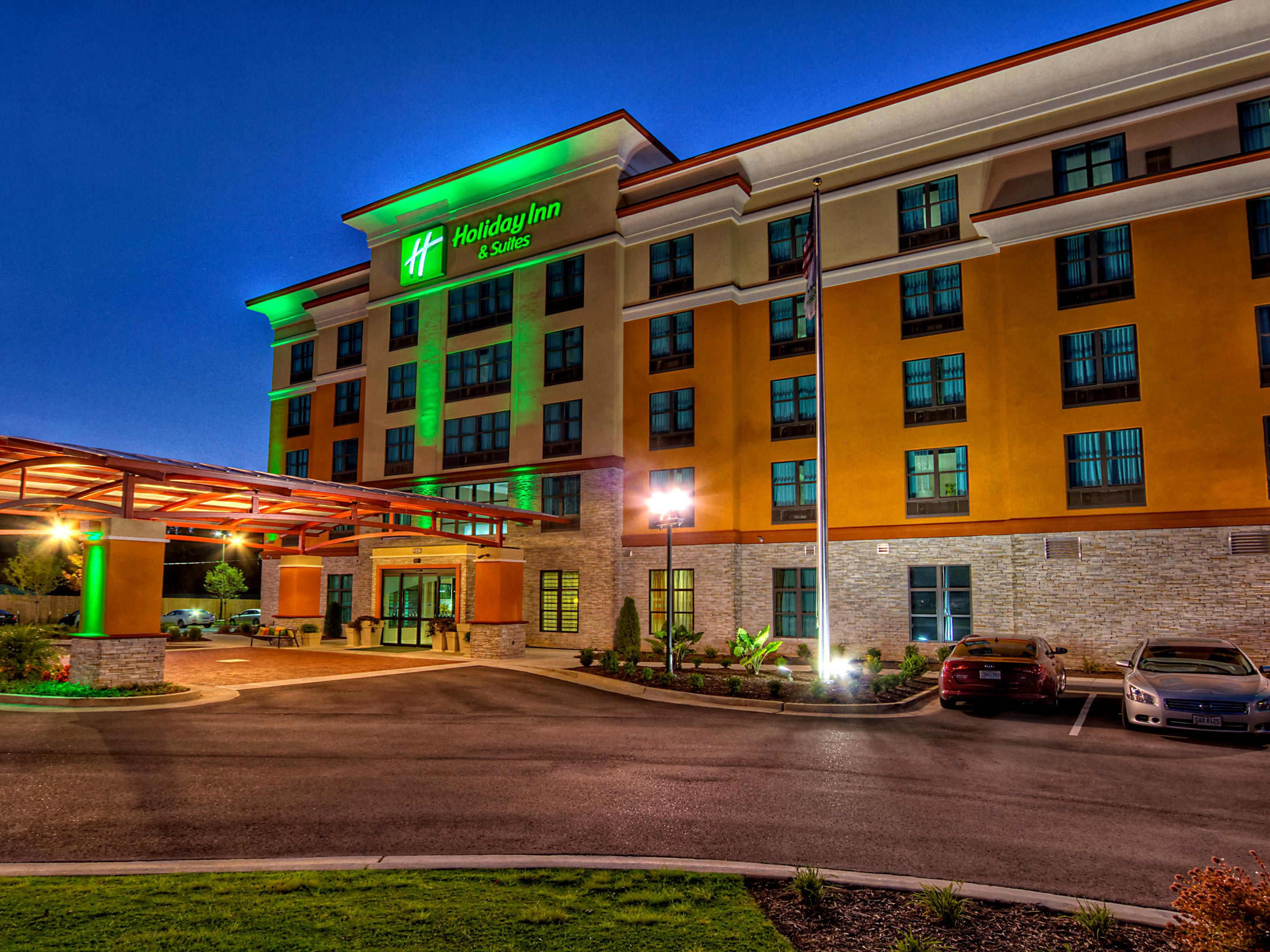 Night view of the Holiday Inn & Suites Tupelo North.