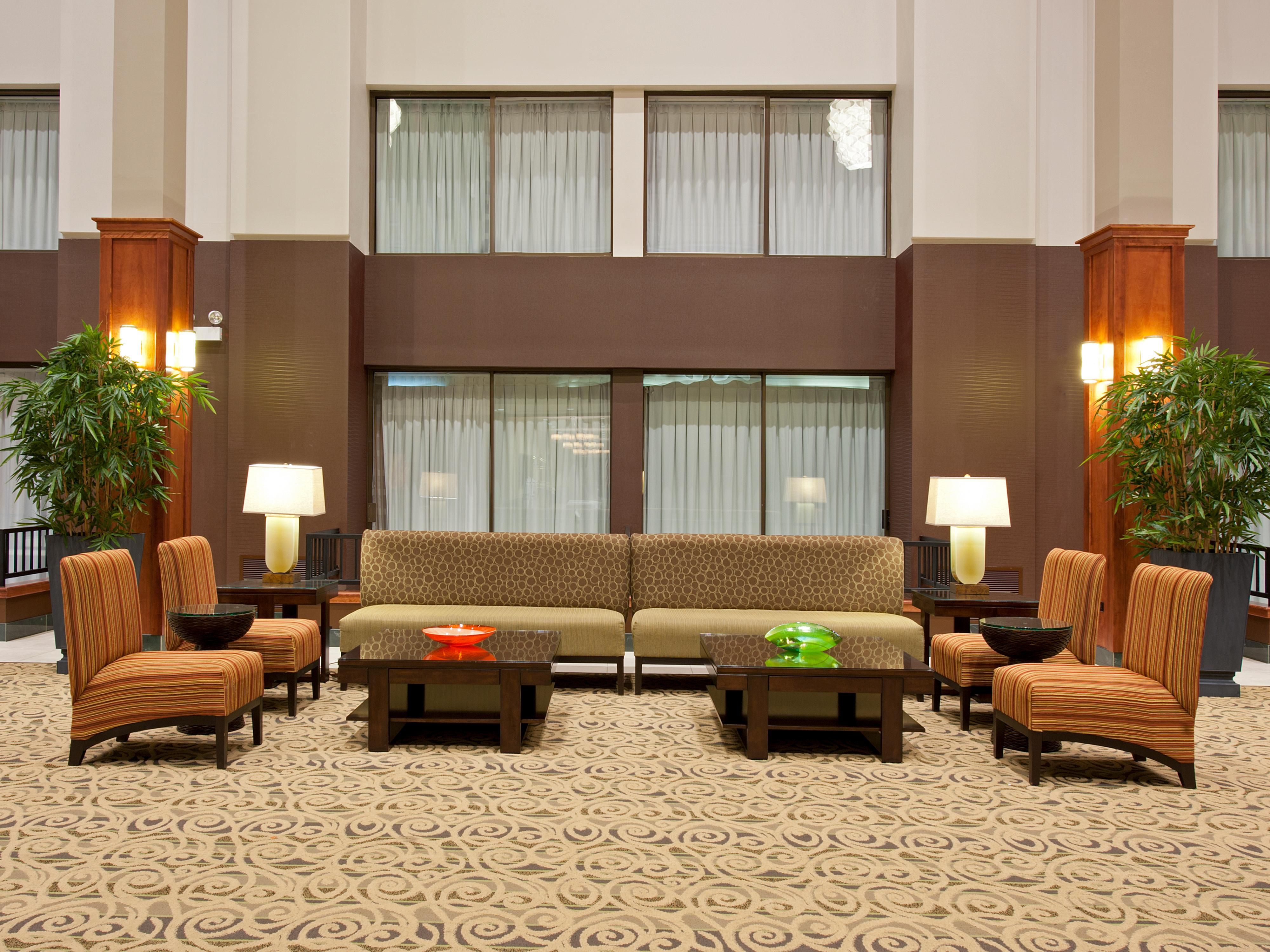 Holiday Inn Itasca Lobby Seating - IHG Hotel in Chicago Suburbs