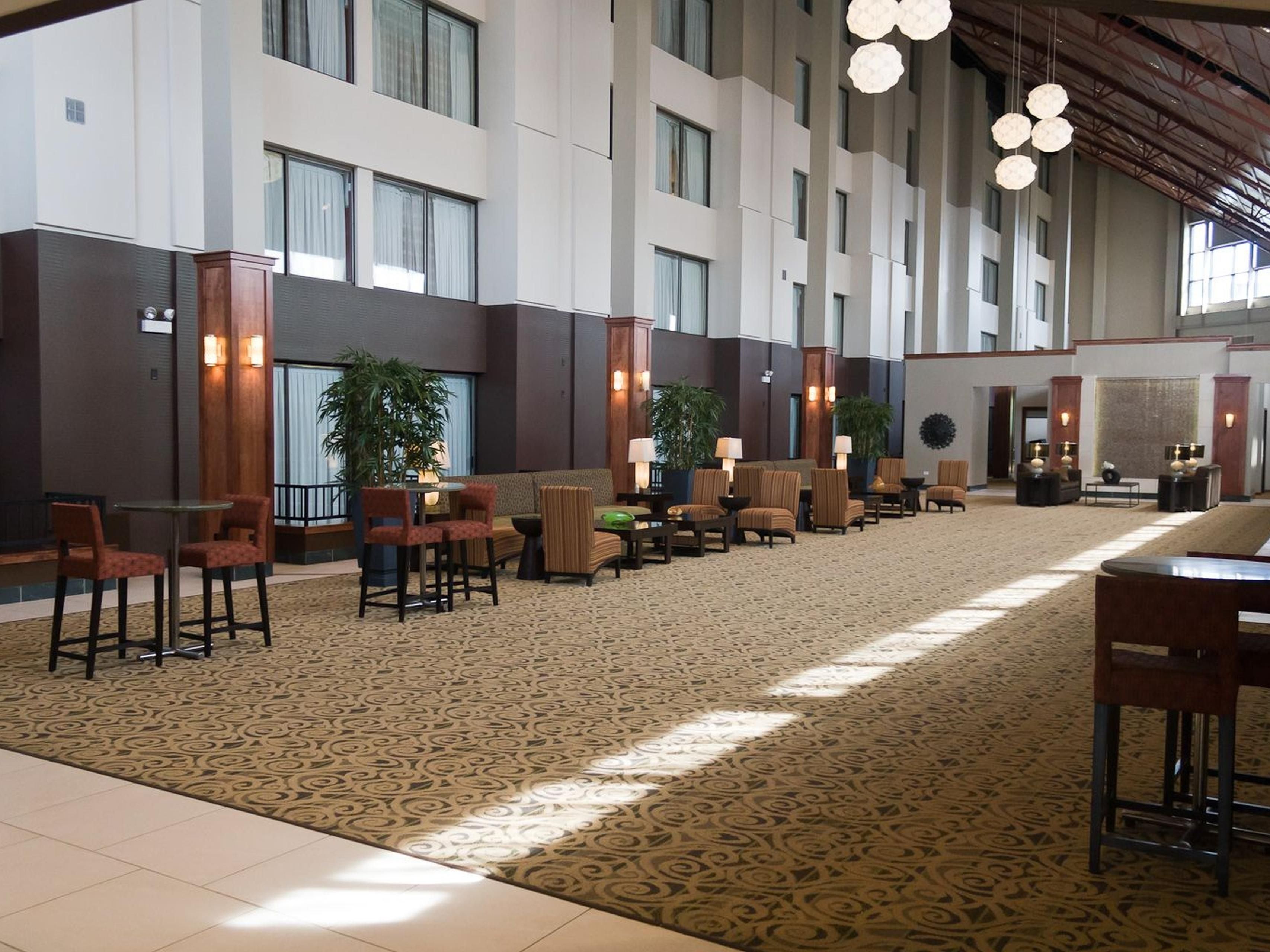 Holiday Inn Itasca's Airy Reception Area