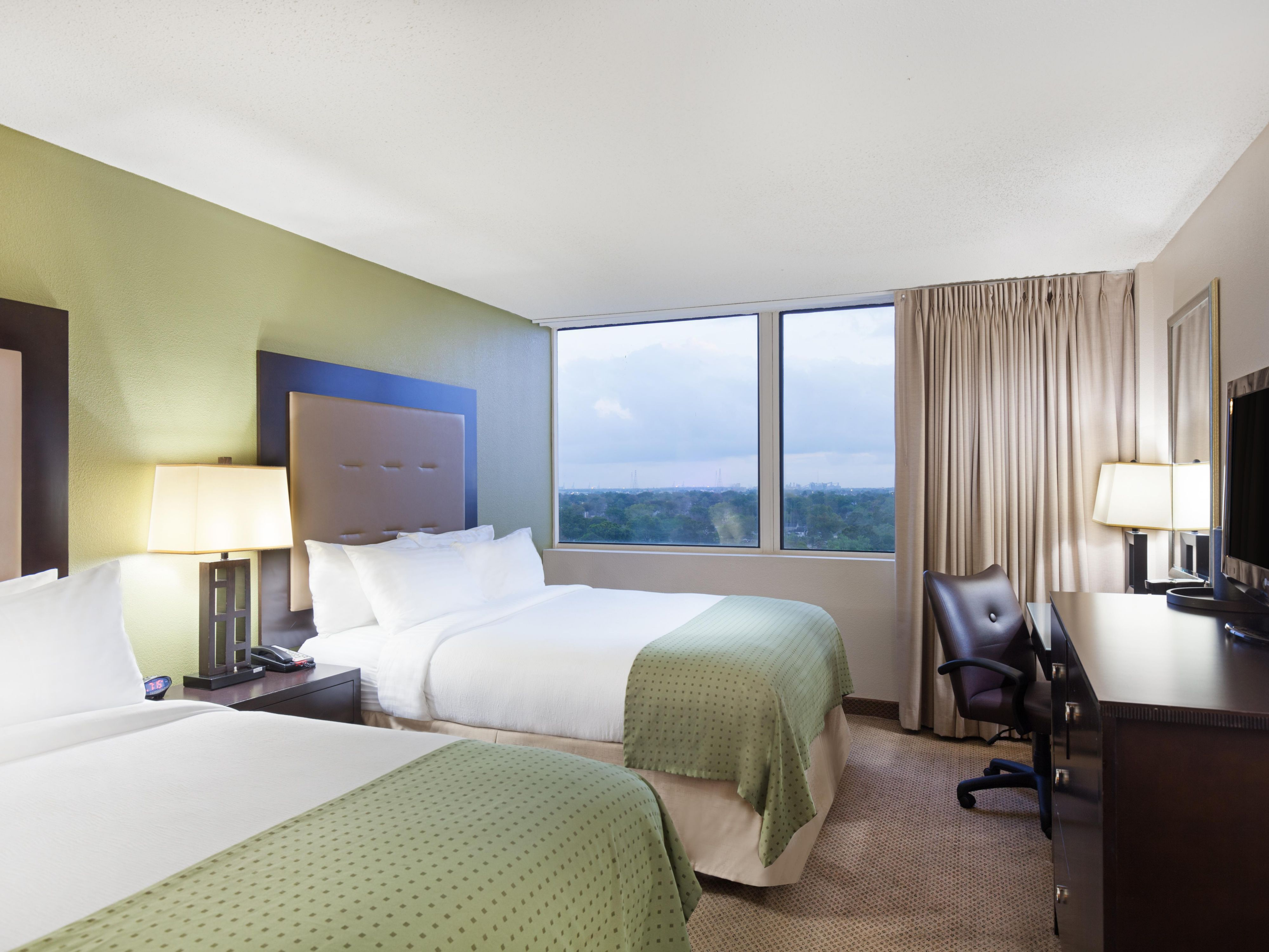Comfy and spacious two queen guest room Holiday Inn Metairie