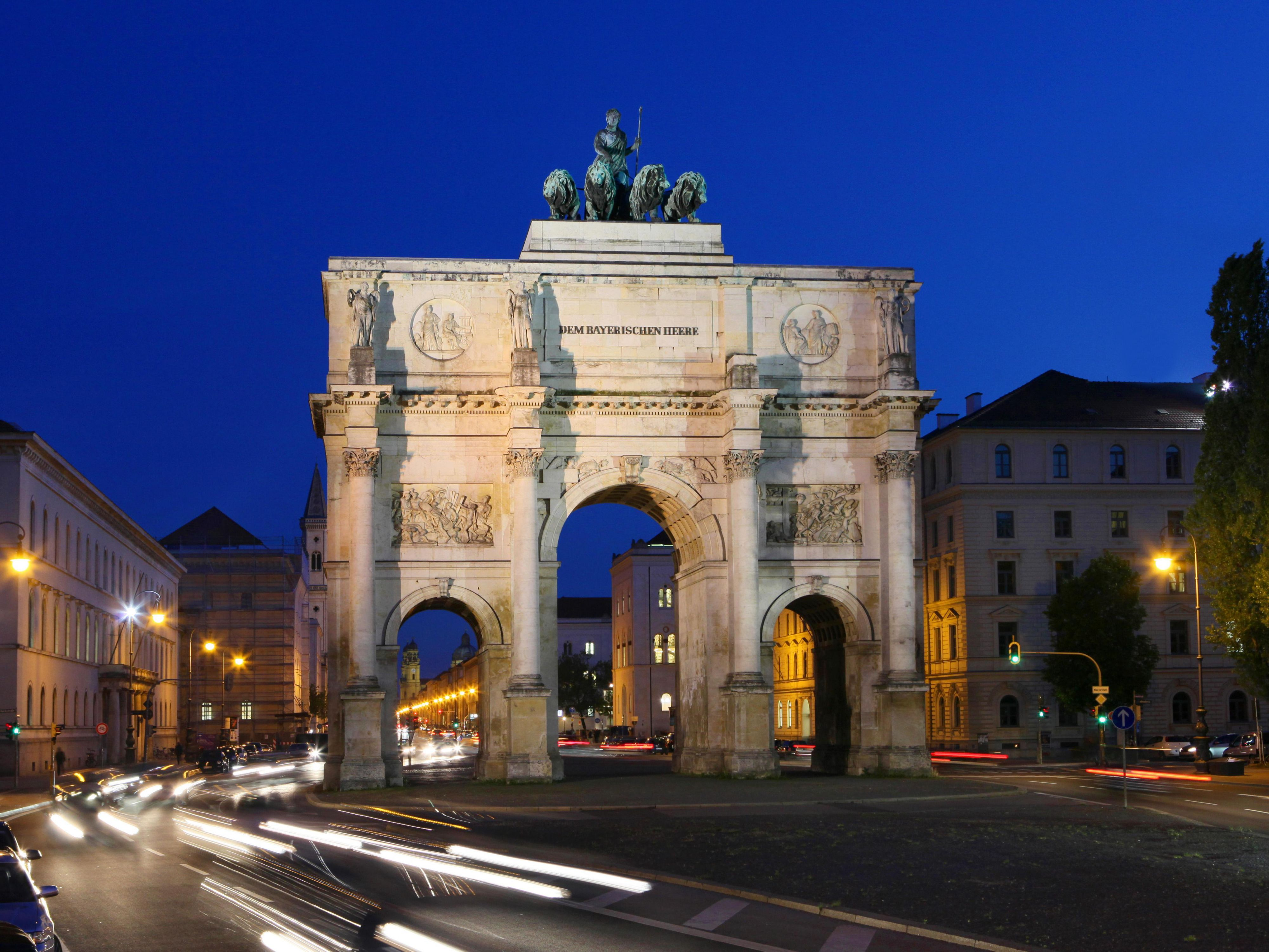 Tourismus Munich - Siegestor at night