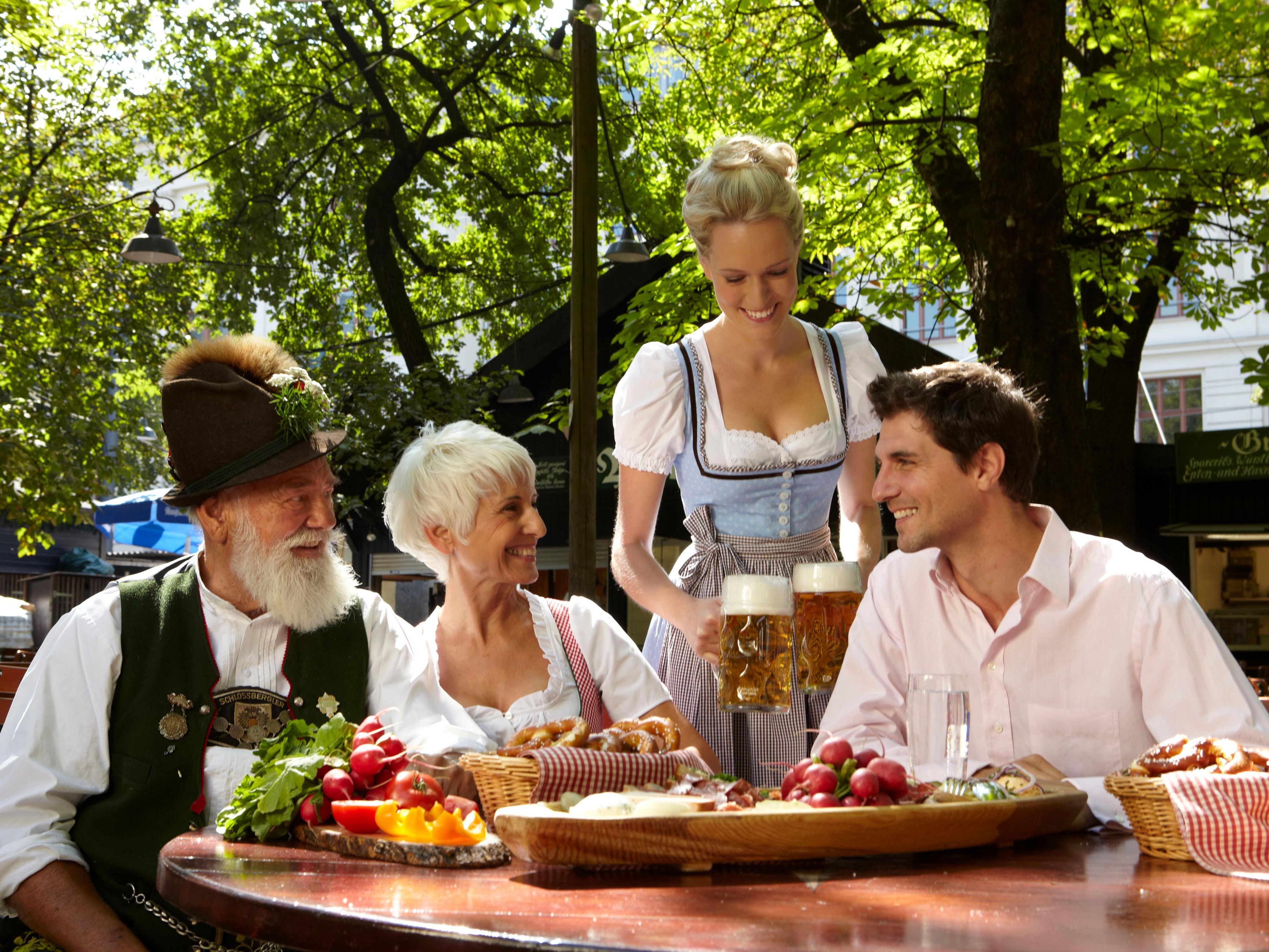 Tourismus Munich - Bavarian culture in a beergarden.