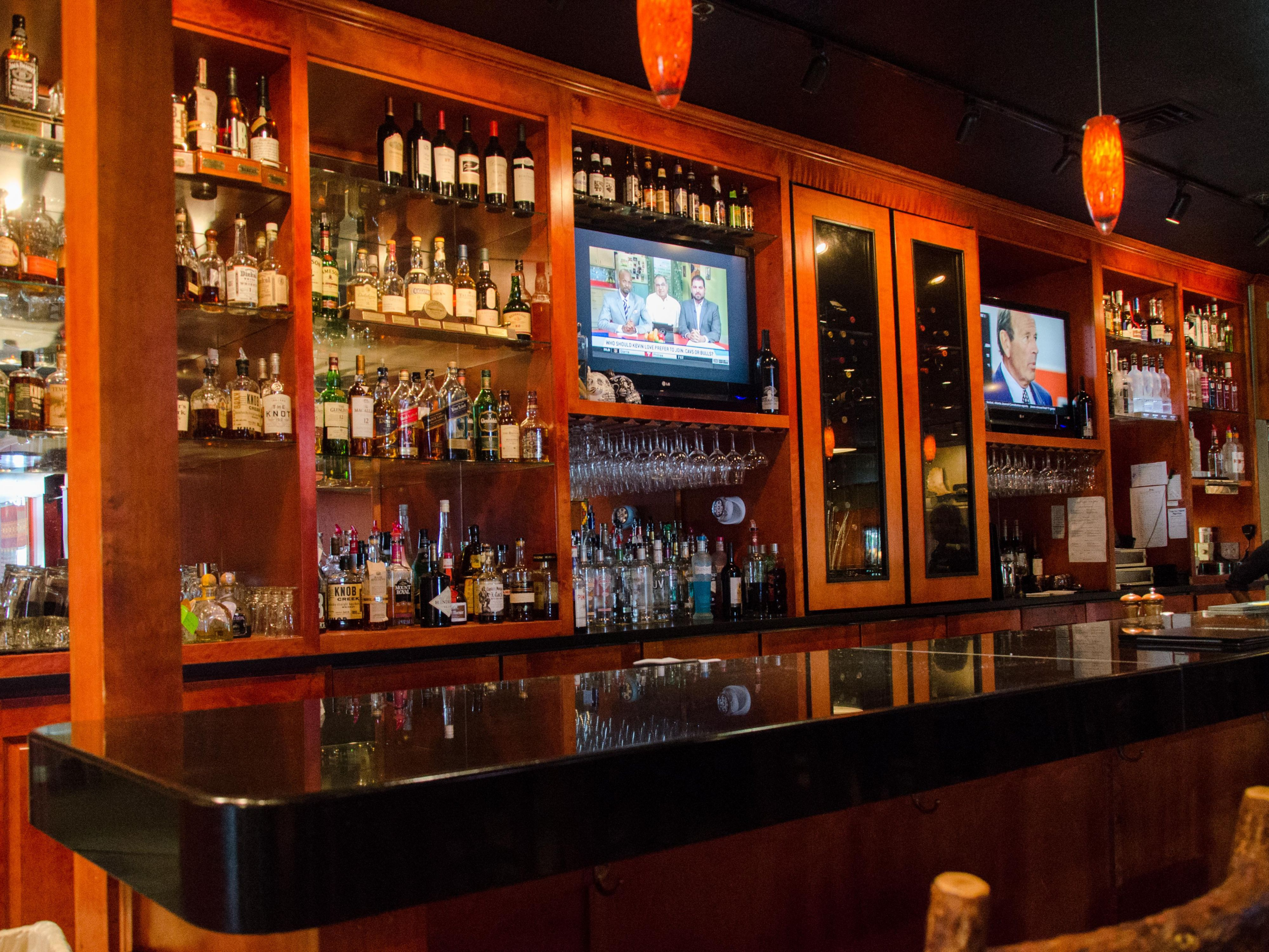 Grab a refreshing drink in the bar at Thunder Bay Grille