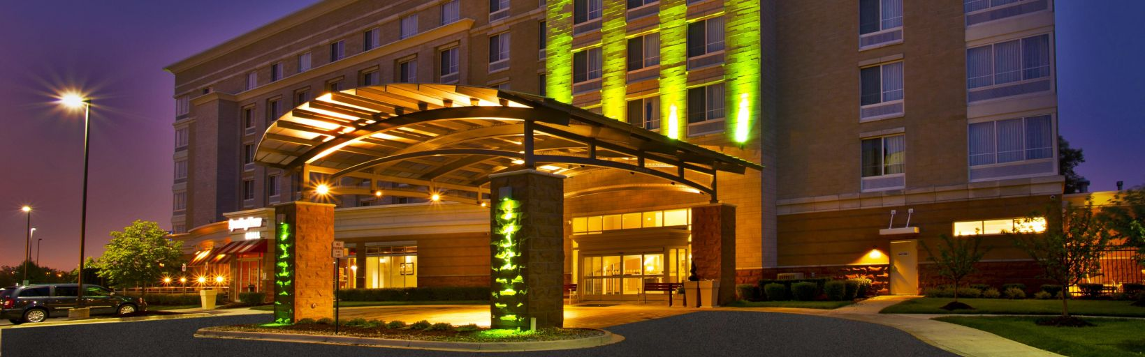 Metro Airport Hotel Exterior At Night