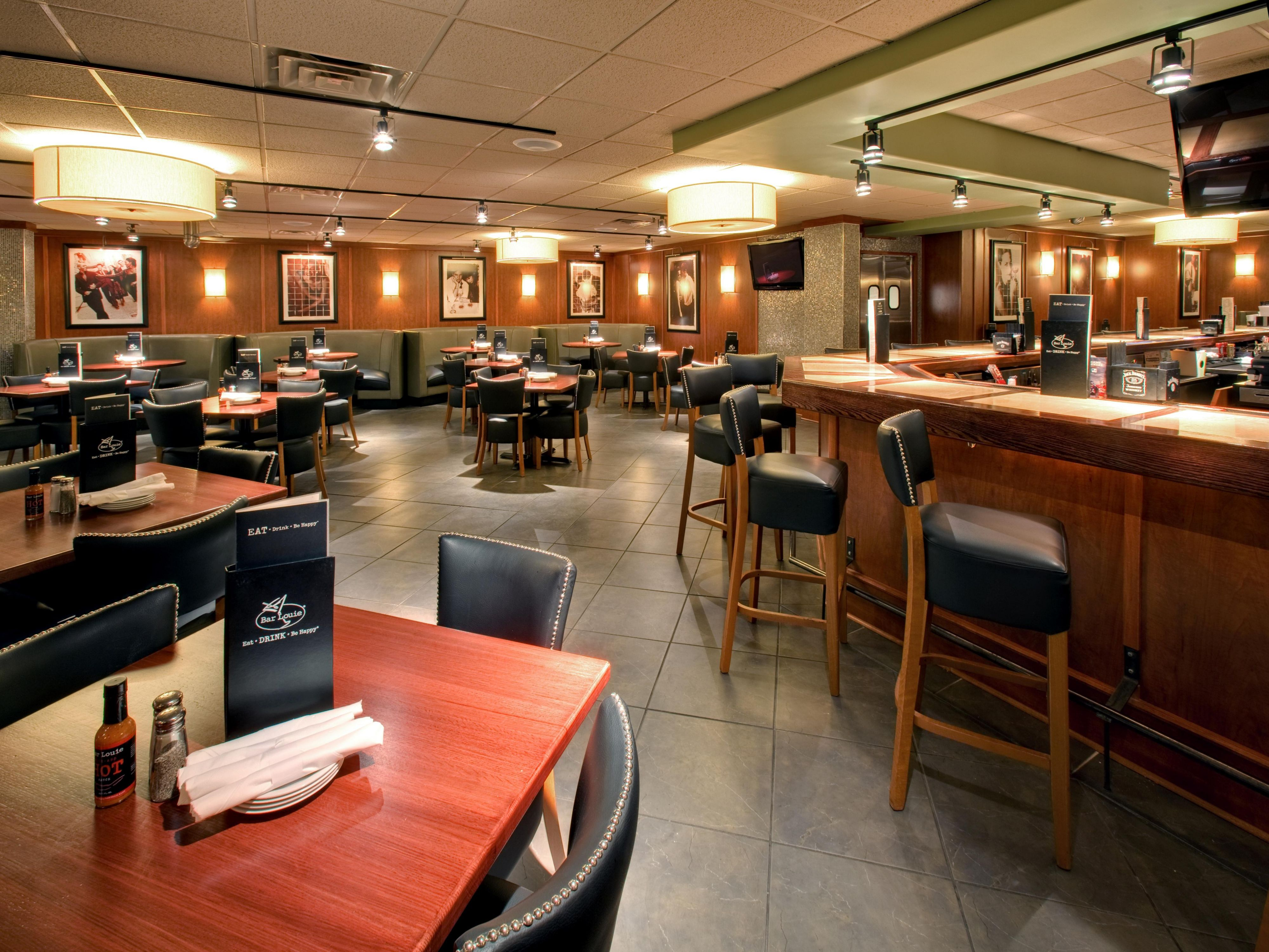 Holiday Inn Skokie is home to Bar Louie Tavern and Grill