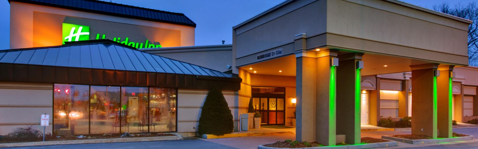 Front Desk Welcoming Well Lite Exterior At The Holiday Inn Welcome To Burlington Vermont