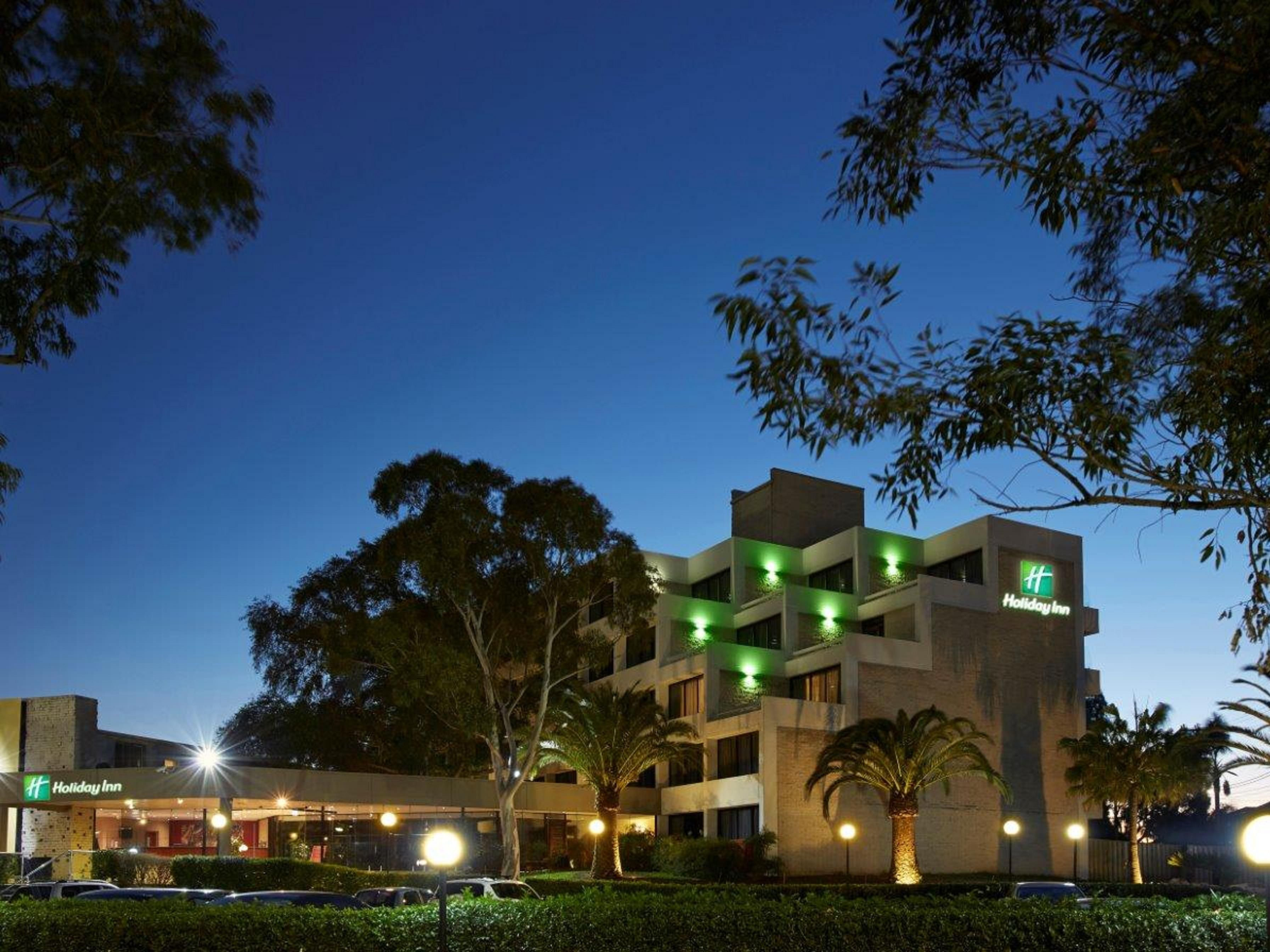 Holiday Inn Warwick Farm at dusk